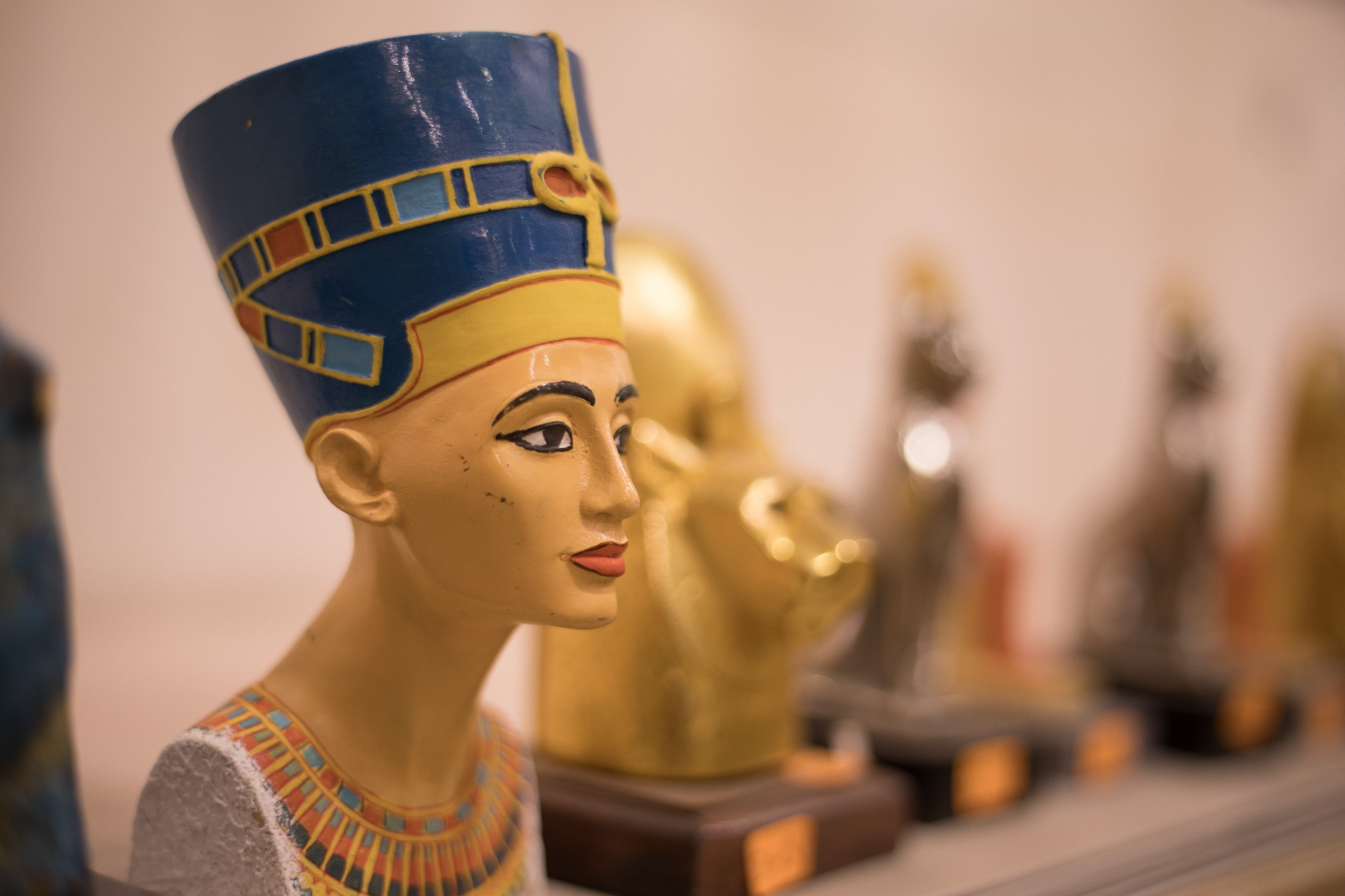 Queen Nefertiti, The most Powerful Queen in the History, Read now about her Region and how she affected on the Egyptian History, Share your opinion in the comments tab below